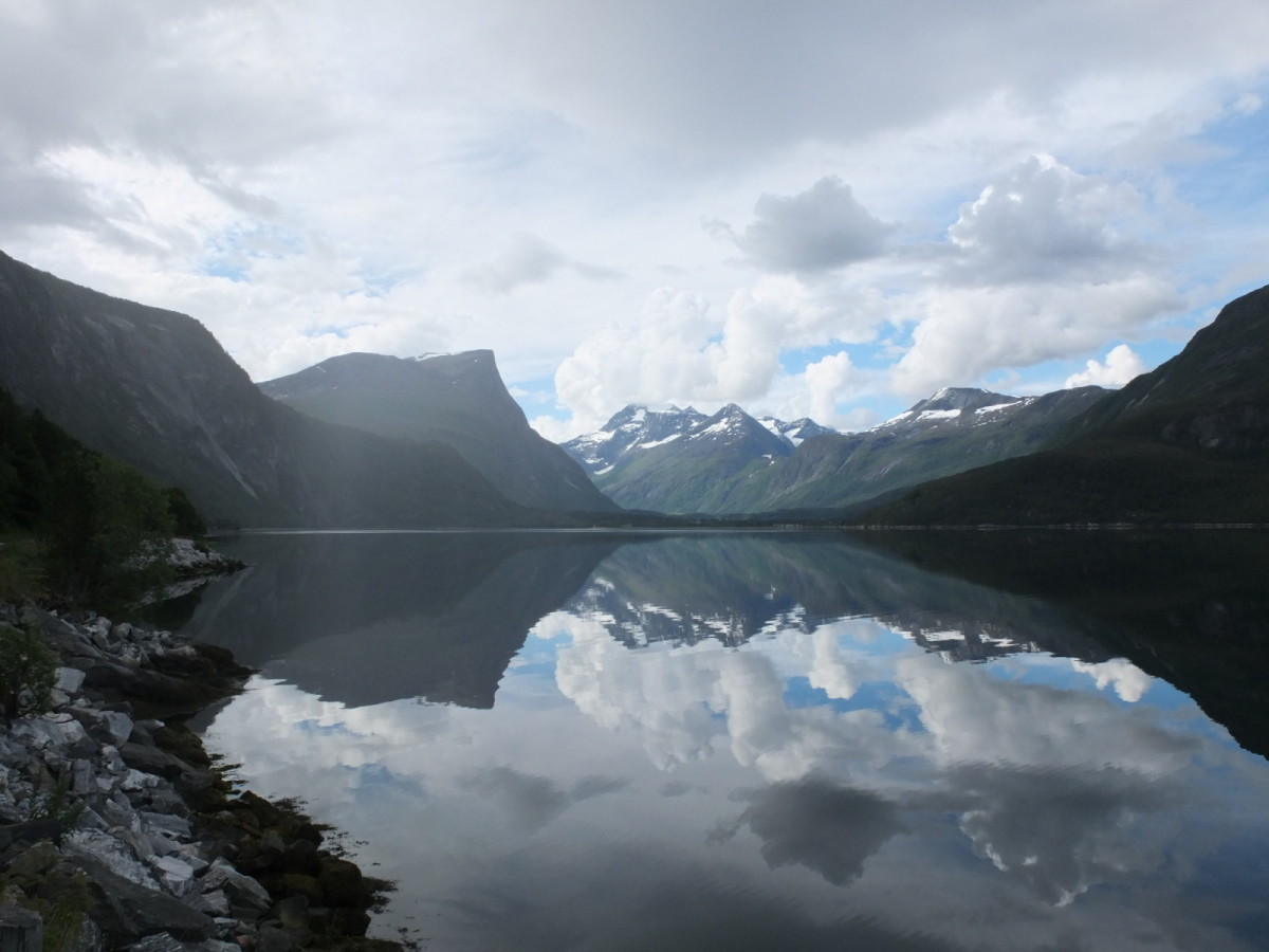 Fjord und Berge auf dem Weg nach Trondheim